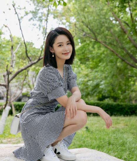 刘亦菲和张天爱同穿小白鞋,一个正式一个随意,是心动的感觉