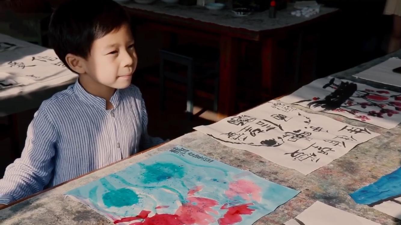 霍啟剛一家三口學畫畫,晶晶認真細緻顯氣質溫婉,霍中曦有模有樣