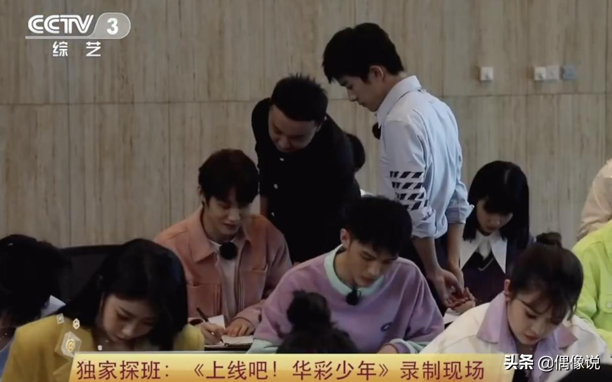 易烊千玺监考34名学生,在黑板写下两行字,暴露真实粉笔字水平