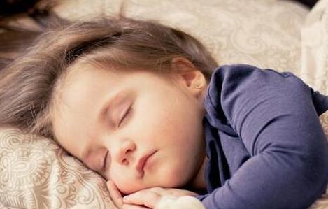 别再这样让宝宝午睡了,不仅宝宝不开心,还不长个,影响身体发育