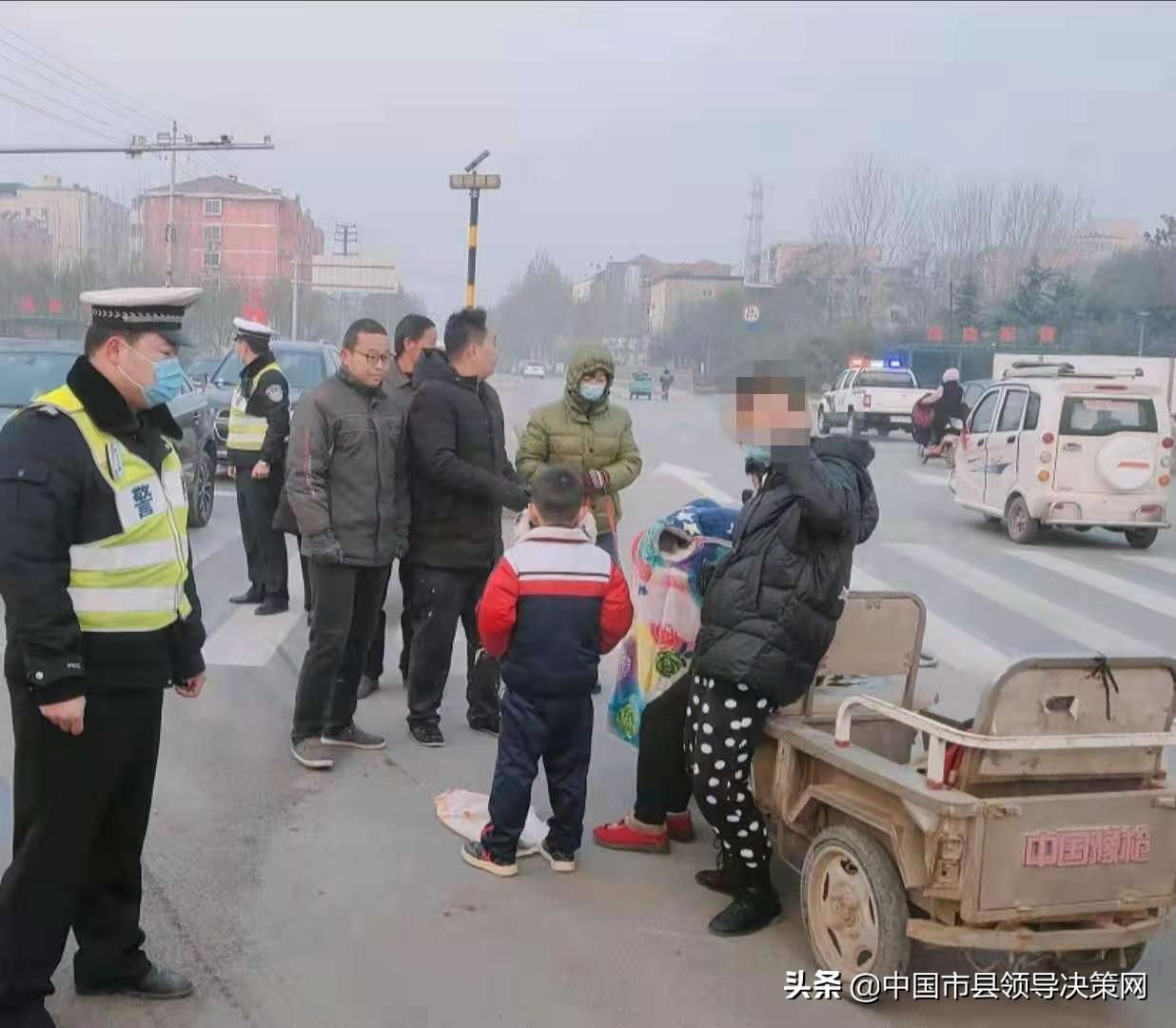 河北邯郸广平大队民警及时救助两名伤者就医