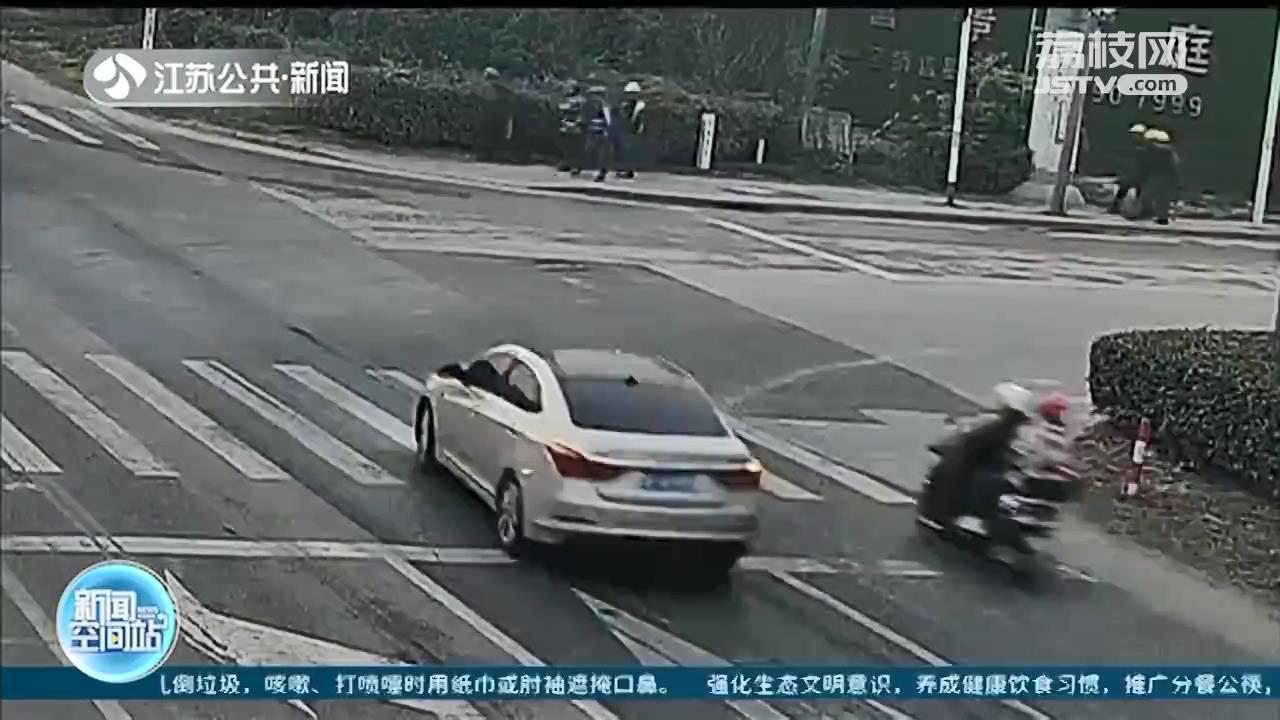转弯轿车撞上直行电动车 骑乘人员佩戴头盔逃过一劫