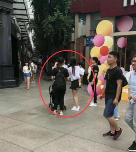 杨颖被偶遇独自带娃!4岁小海绵已长到妈妈腰部,却不见黄晓明