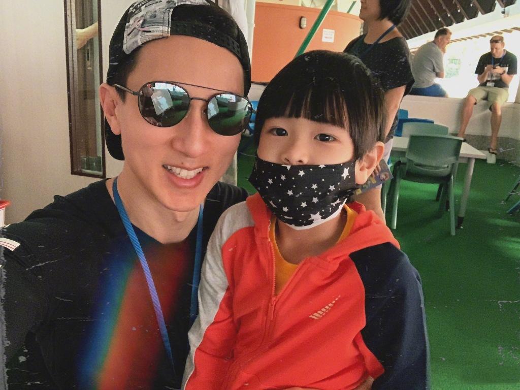 吳尊攜老婆參加同學會,41歲的他帥如當初,與同學合影像兩代人