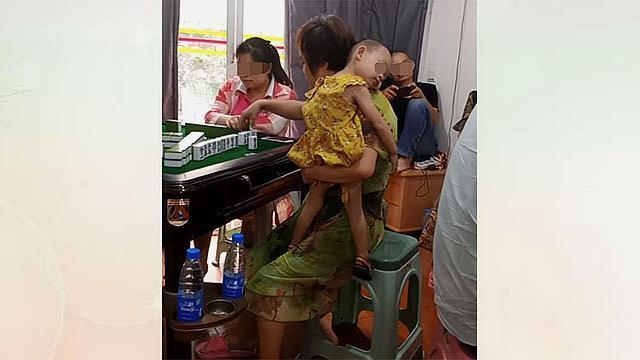 """有多少孩子正经受老人""""假带娃""""?妈妈一去上班,奶奶就放任不管"""