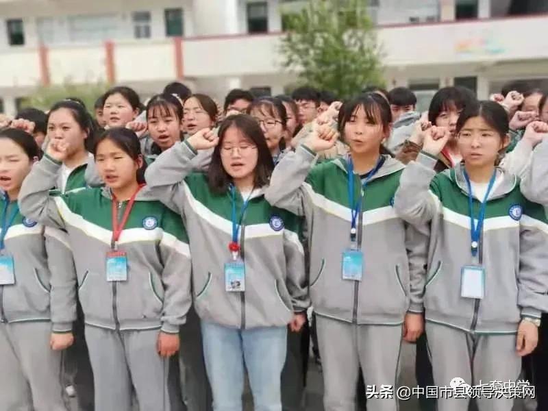 江苏响水县七套中学举行新团员入团仪式