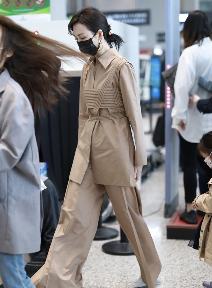39岁王鸥亮相上海机场,身穿卡其色套装,难挡清瘦好身材