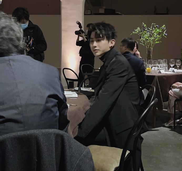 """""""撕漫男""""说的是蔡徐坤吧?出席晚宴却被网友偷拍,这生图好绝"""
