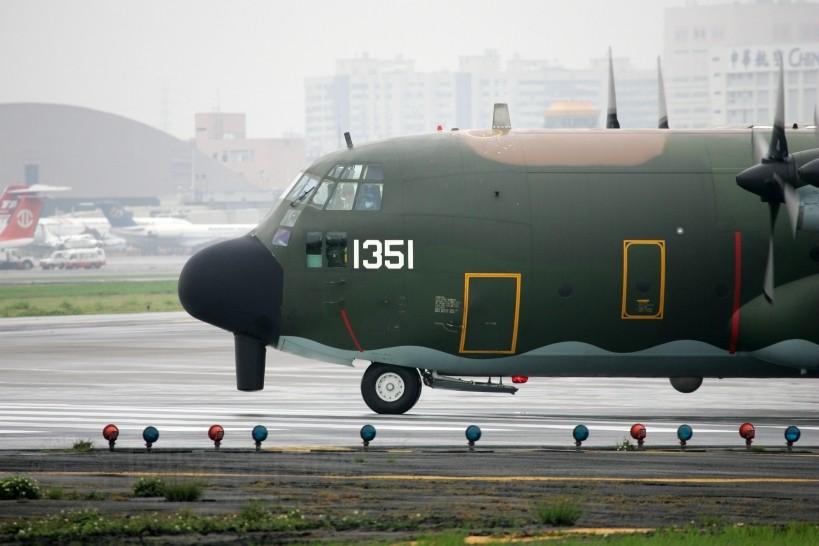 解放军连续电磁干扰,美军无人机立即掉头,台岛再次不自量力,C130出动对抗