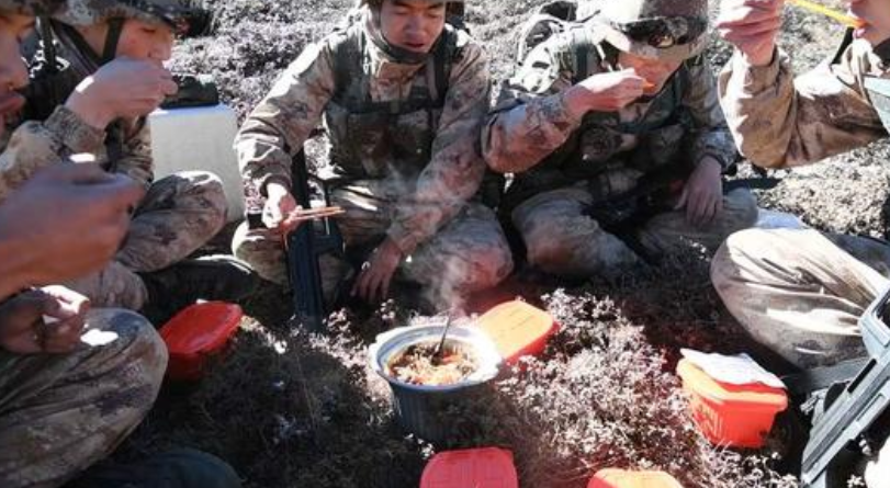 海拔4500多米,解放军高原吃自热火锅,印度士兵的冬天却很难熬