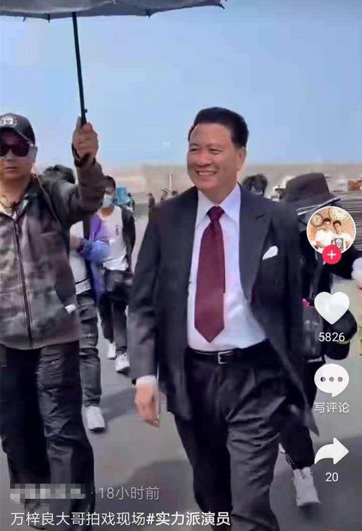 63岁万梓良罕露面,有专人撑伞一路护送,梳大背头穿西装气场十足