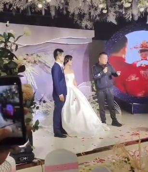 岳云鹏现身外甥女婚礼,被曝坐主位红包10万?新娘和舅舅长太像