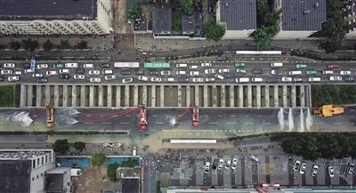 郑州京广隧道排水现场 拖出两百多辆涉水车 遇难人数核实中
