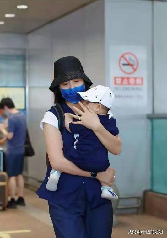 朱丹带俩娃走机场,一脸憔悴大眼袋抢镜,一身男装气质变化大