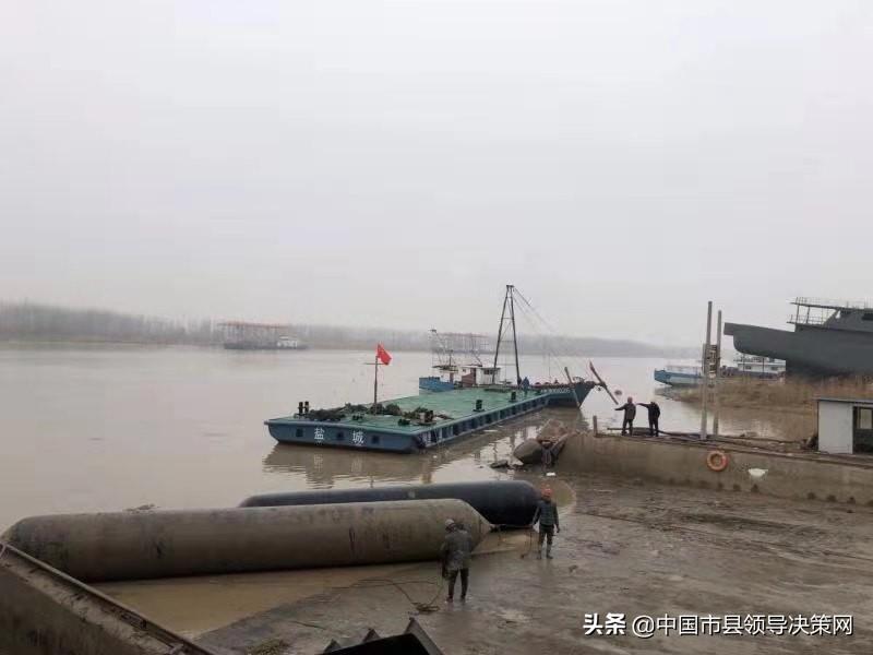 江苏响水渔政35米趸船建成并顺利接水