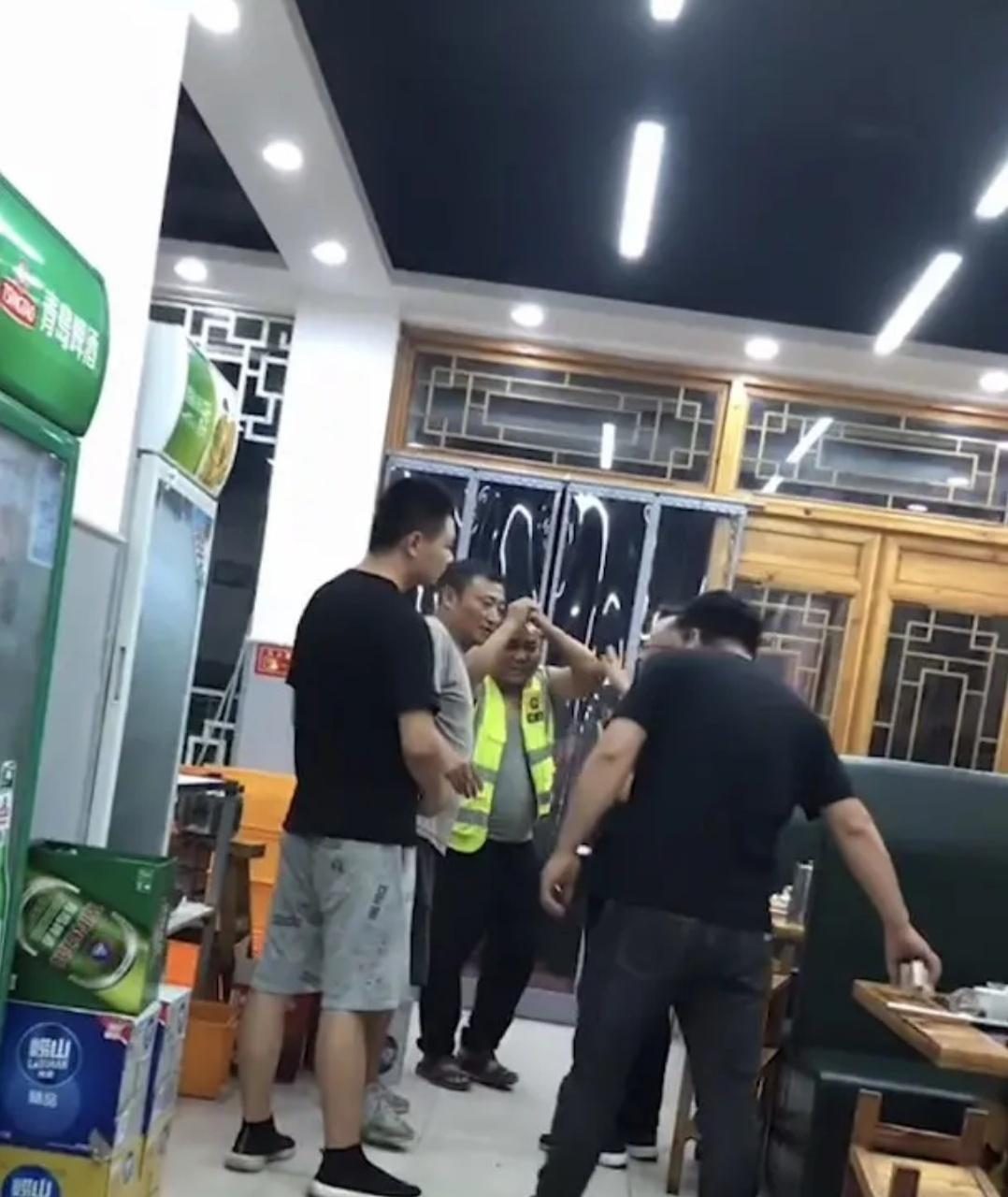 河南:3个救援男子去吃饭,结账时抱住老板寻找二维码,啥情况?