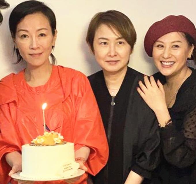 袁洁莹51岁生日,素颜出镜身材消瘦认不出,感情坎坷至今仍单身