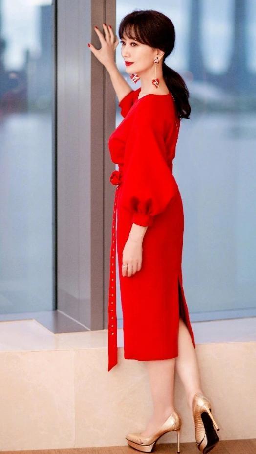 """67岁赵雅芝拒绝退休,穿""""例假裙""""甜似少女,意外被她迷住了"""