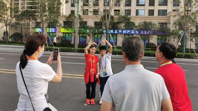 曝全红婵回母校!与家人在市区中秋节团圆,家乡变化太大了