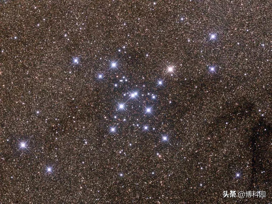 这个球状星团,距离银河系中心只有2280光年,速度达58.1 km/s