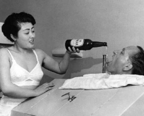 罕见老照片:艺伎神色销魂,兴奋的日本慰安妇,鬼子洗澡被围观