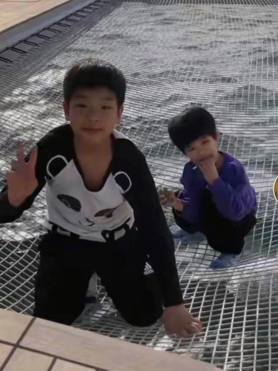 黃聖依帶小兒子現身貴氣有範,4歲安麟自推行李乖巧懂事