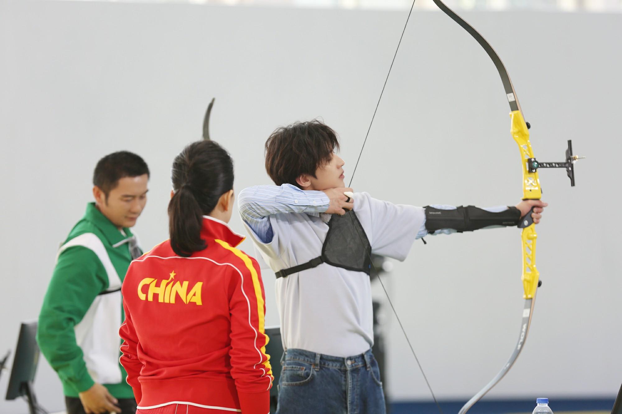 《奔跑吧·黃河篇》上演主編爭奪戰 蔡徐坤射箭引發全場高能