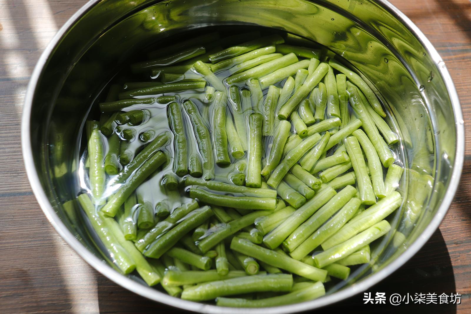 炒豆角时,切记不要直接下锅炒,多加2步,鲜嫩入味,营养又下饭 美食做法 第4张