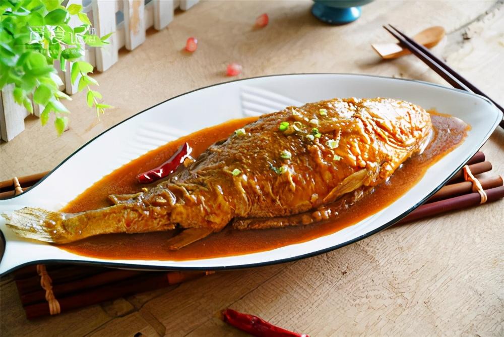 做炖鱼,先下锅煎就错了,难怪破皮腥气又难吃,正确做法在这里 美食做法 第1张
