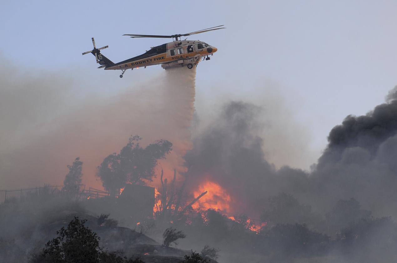 """山火逼近美军事基地,""""黑鹰""""被迫出动灭火,美媒:这还是小的"""