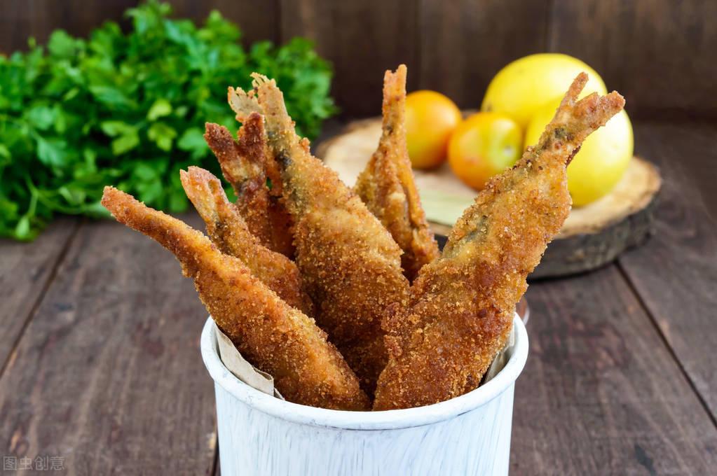 炸小魚時,不要只會加麵粉,教你正確的方法,又酥又脆味道香