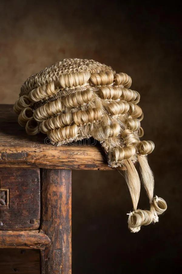 香港法官头顶的假发,该摘下了!