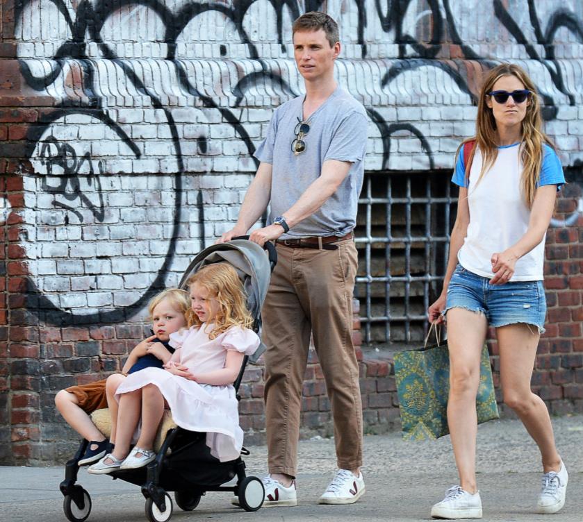 小雀斑一家四口出街,女儿坐婴儿车翘二郎腿,网友:好拽好可爱