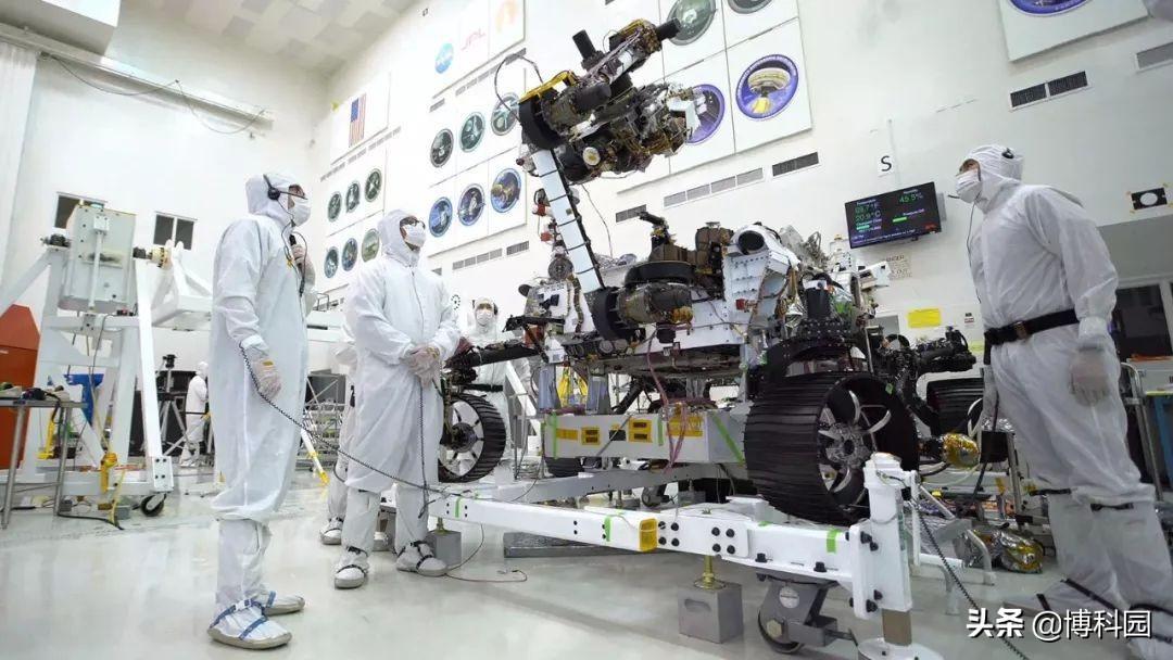 """火星2020号的机械臂,可以像人一样人弯曲""""拿起""""重物"""