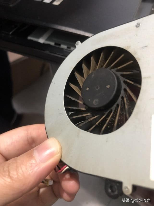 电脑一开机就嗡嗡的响(电脑主机轰鸣声大是什么原因)