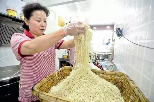 武汉热干面,根根有筋力,色泽黄而油润滋味鲜美 各地小吃 第5张
