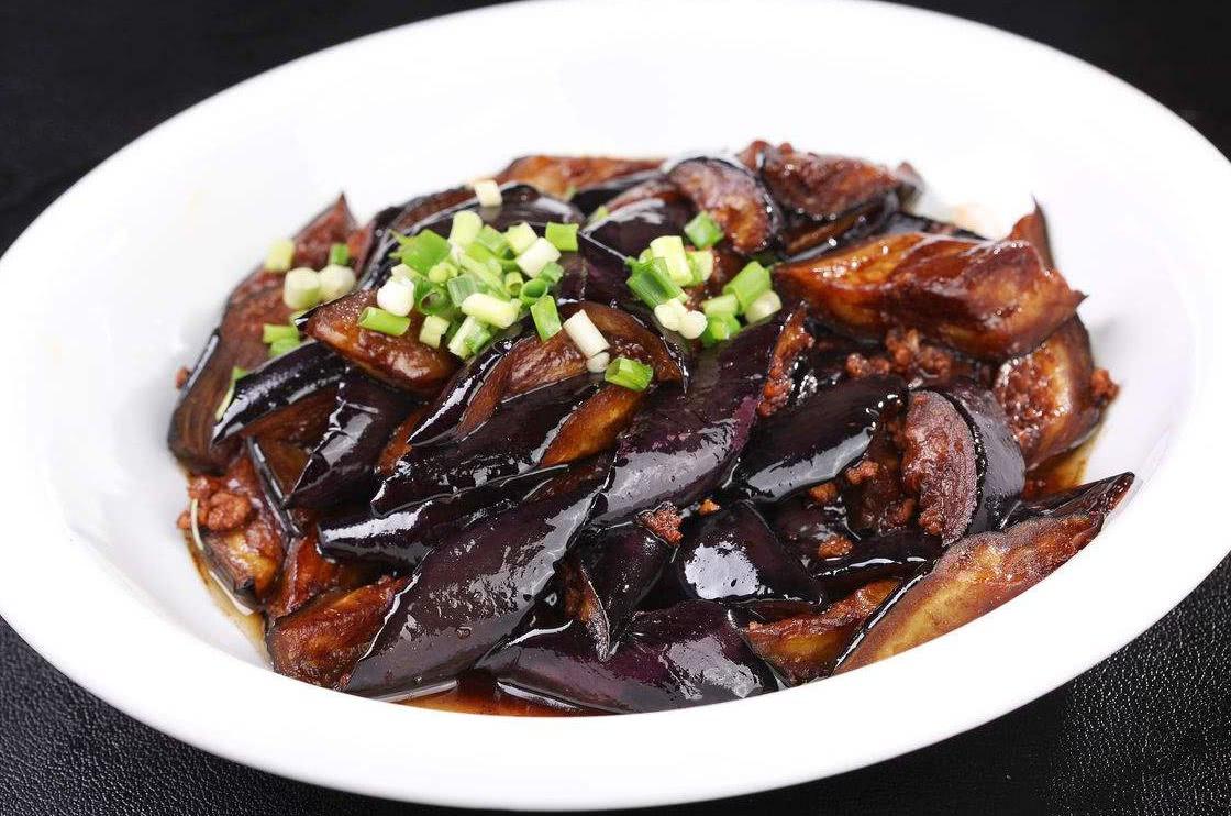 烧茄子时,直接下锅大错特错,多加两步,茄子不油腻不发黑 美食做法 第4张