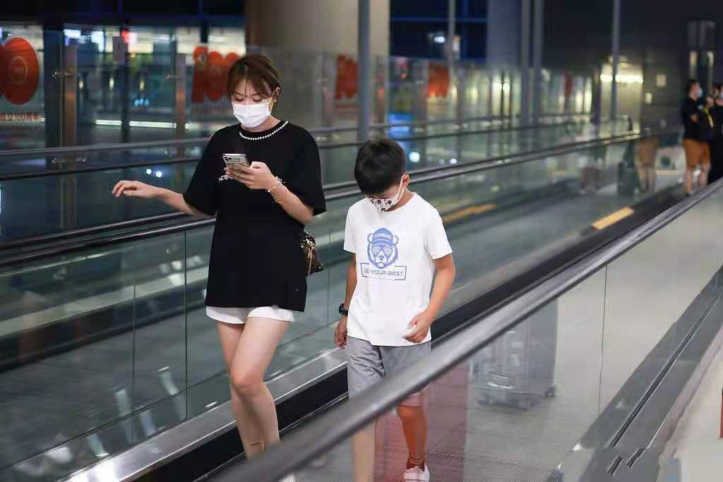 田亮一家四口现身机场,13岁森碟高挑显眼,弟弟身高已到妈妈肩膀