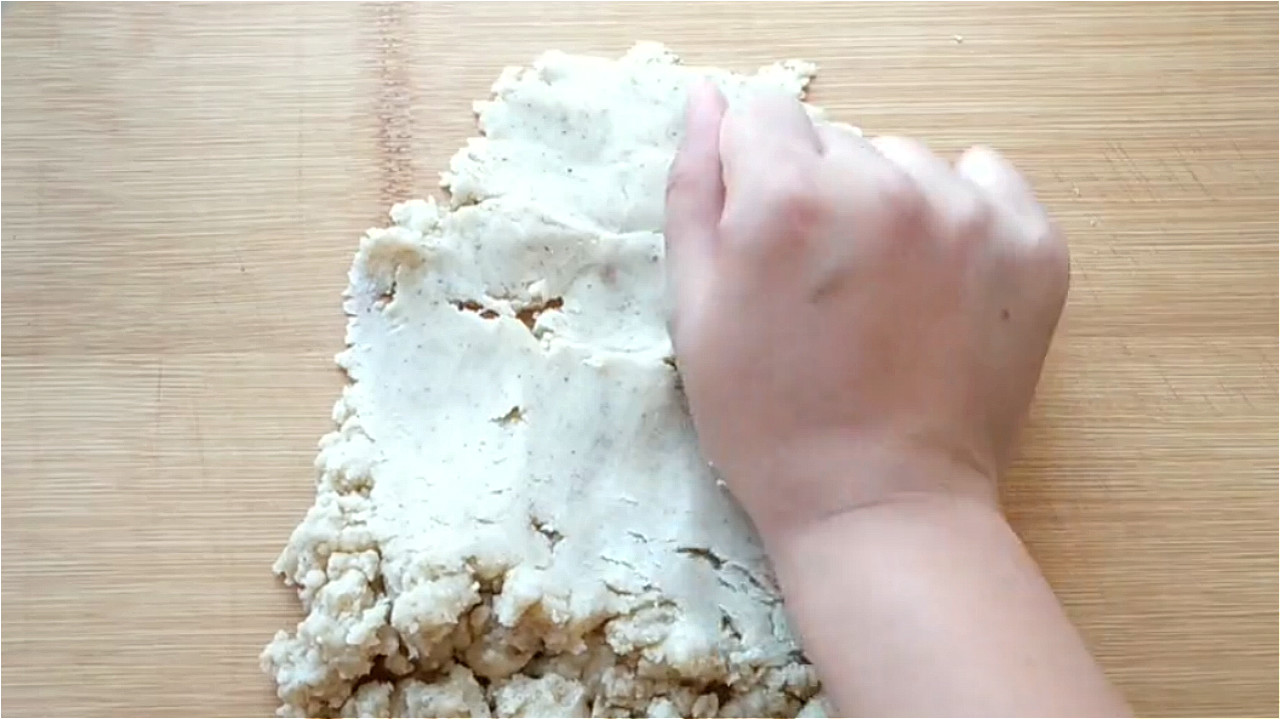 椒盐饼吃着太香了,无技巧难度教你在家做,一卷一捏,外酥里香 美食做法 第7张