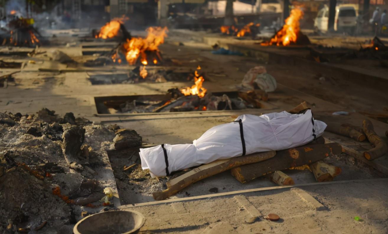 破罐子破摔!火葬場徹底崩潰,大批屍體被印度人直接丟進恆河