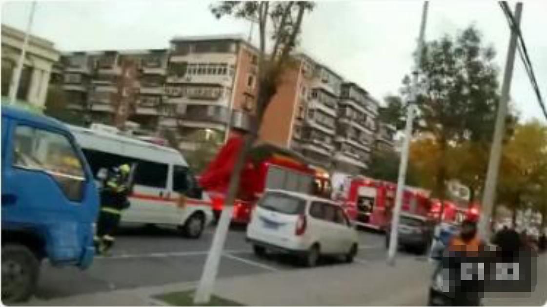 干着急!天津小区楼顶失火,消防车赶到后无法进入