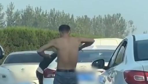 高速堵车小伙握力棒健身,网友:两不耽误