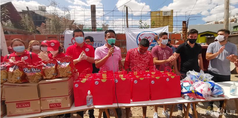 阿根廷华人社团捐赠圣诞礼物给当地贫民社区