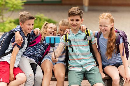 5个小学生聚餐火了,谈笑风生满满兄弟情,网友:吃完谁去买单?