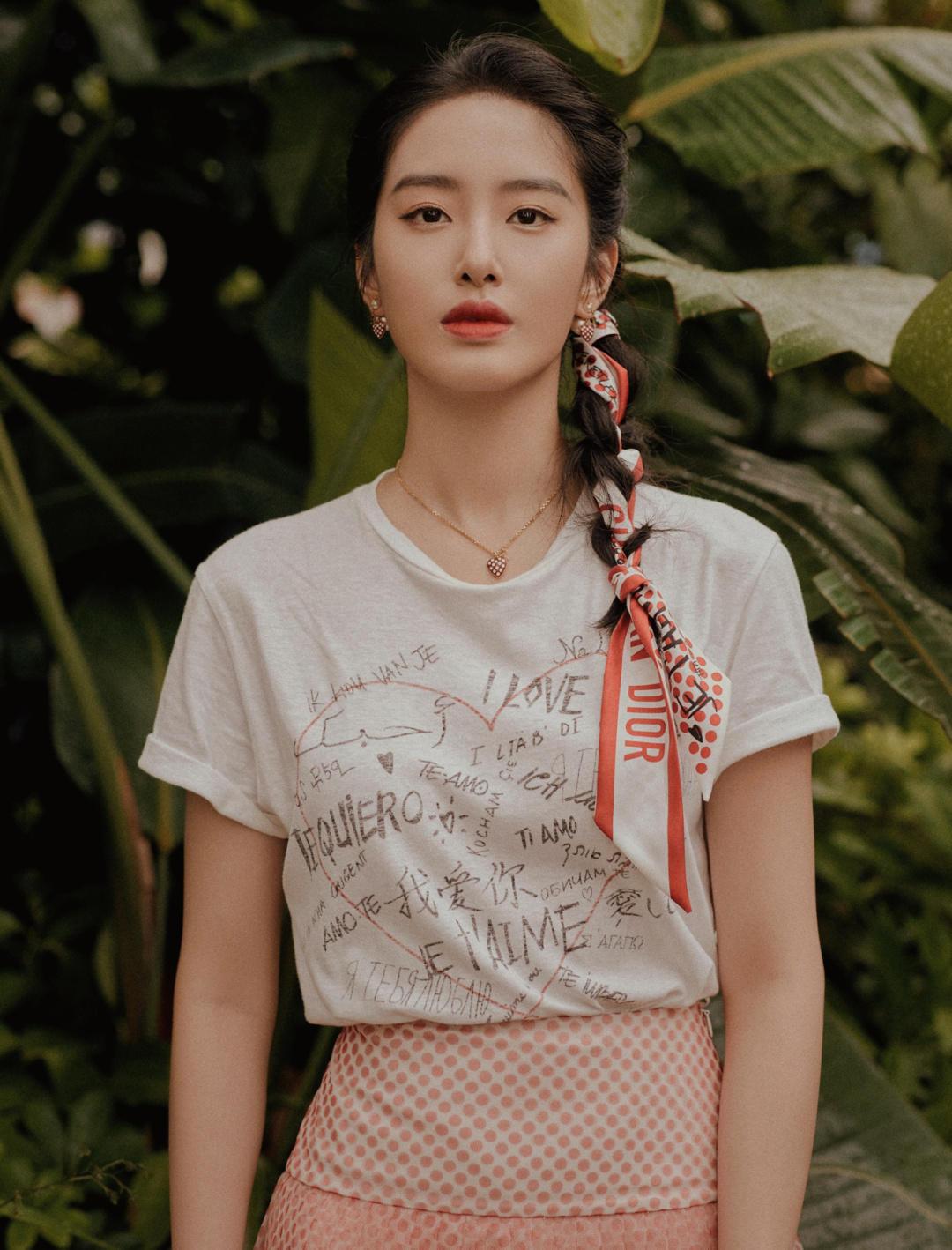 袁咏仪又现佛系穿搭,印花丝巾配白T恤,完全不像年过半百的模样