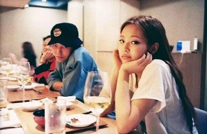 权志龙金智妮恋情曝光,两人密恋父母也认同,巨星约会堪比偶像剧