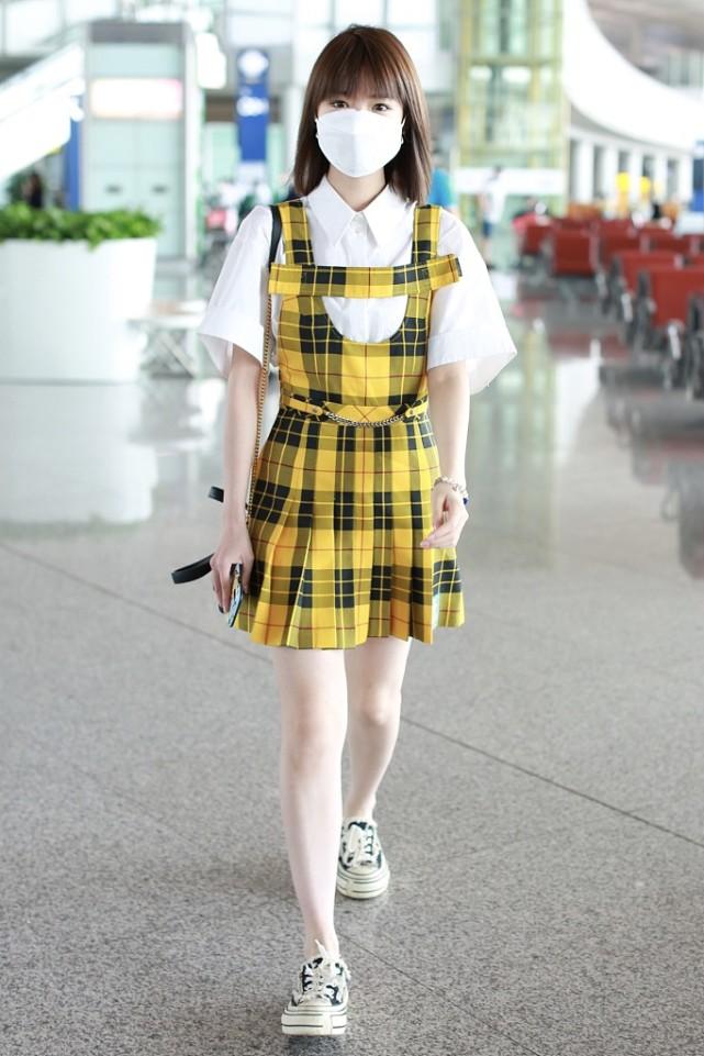 毛晓彤真是瘦得过分了,穿这么显胖的衣服都松垮垮的,一点不臃肿