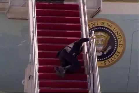 """""""懂王""""回来了?3月23日,特朗普再次嘲笑拜登,场面很精彩 特朗普 嘲笑 拜登 第2张"""