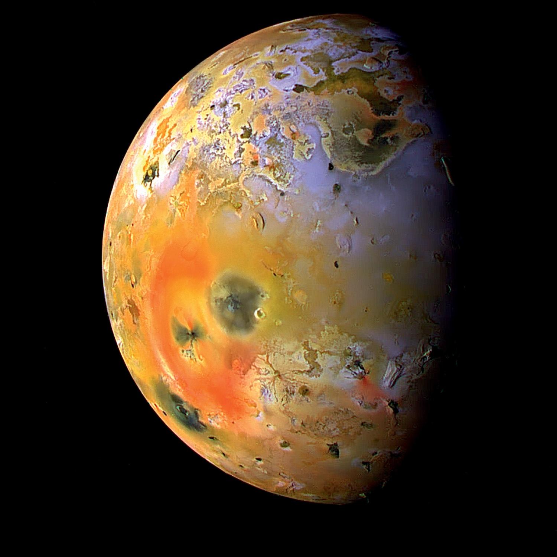 旅行者在距地球7亿千米的深空,发现从未见过画面,火山正在喷发
