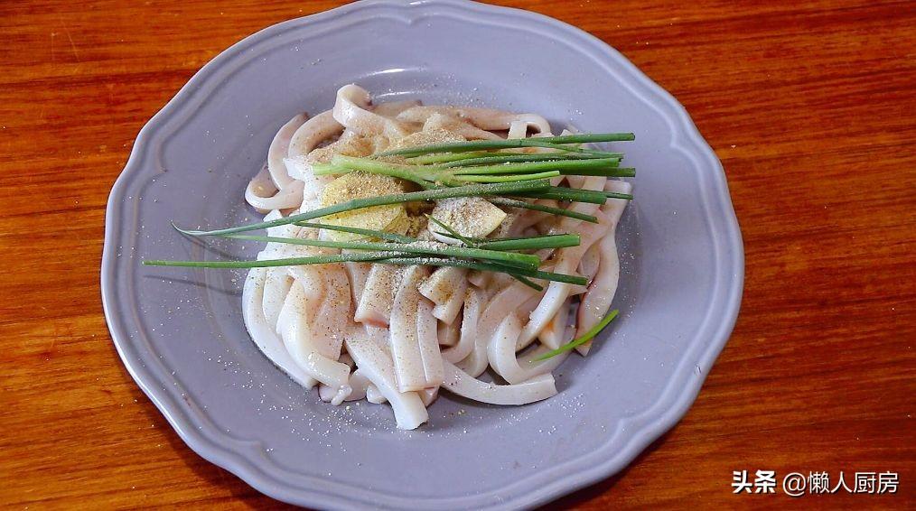 这是香酥鱿鱼条的做法,不要直接裹淀粉,这样处理一下,外壳更酥